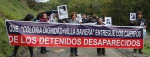 """Angehörige von Verschwundenen demonstrieren auf dem Zufahrtsweg zur Colonia Dignidad, die sich heute """"Villa Baviera"""" nennt und einen Tourismuspark betreibt."""