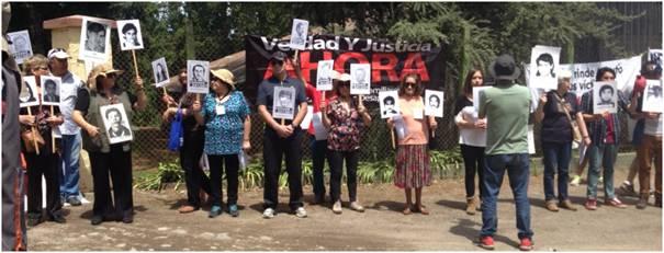 Proteste der Angehörigen am Samstag am Eingangstor der Colonia Dignidad