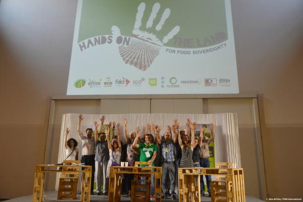 """Mitglieder der """"Hands on the Land"""" Kampagne beim Kampagnen Kick-off auf der People's Expo in Mailand 5. Juni 2015"""