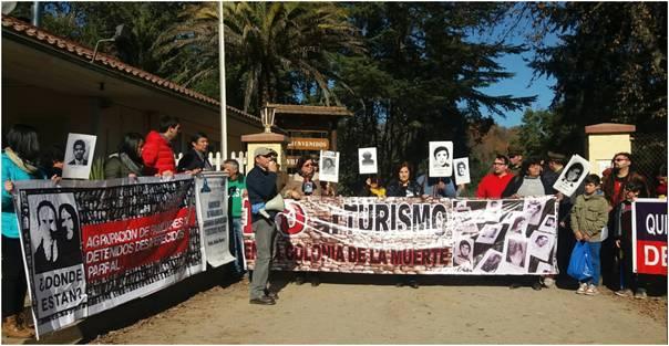 Proteste am Eingangstor der ehemaligen Colonia Dignidad am 26.6.2016.