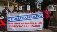 Protest am Eingangstor der ehemaligen Colonia Dignidad  Foto: AFDD Talca