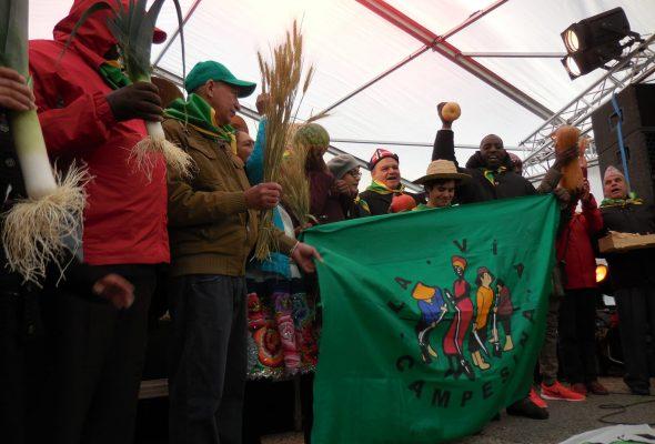 AktivistInnen von La Via Campesina demonstrieren für Ernährungssouveränität Foto: Hands on the Land