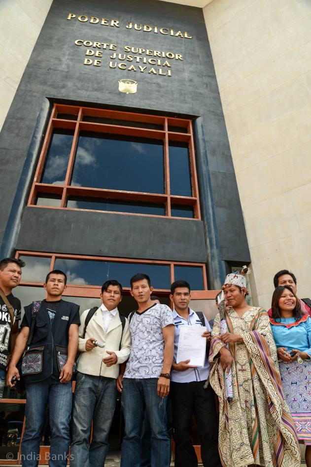 Foto: Robert Guimaraes VertreterInnen der Gemeinschaft der Shipibo von Santa Clara Uchunya und des Verbandes der indigenen Gemeinschaften von Ucayali (FECONAU) bei der Einreichug der Klage gegen das Unternehmen Plantaciones Pucallpa S.A. und die Regionalregierung von Ucayali
